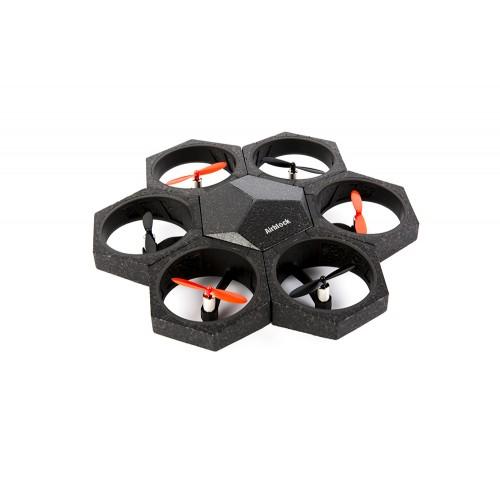 AirBlock se compone de un módulo de control y 6 motores. Se ensamblan magnéticamente para construir rápidamente un dron, un aerodeslizador o una amplia variedad de configuraciones. Con el software Makeblock, los niños pueden comenzar a utilizarlo de inmediato. Permite su programación mediante bloques, para conocer los  principios de la aerodinámica y el desarrollo del  pensamiento lógico y crítico.